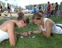 Hasselt_girls_using_mobiles